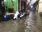 Hà Nội: Sau cơn mưa rào 15 phút, cả phố lại bì bõm sóng nước