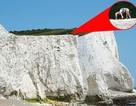 Liều mình tập yoga trên rìa vách đá cao 70 mét