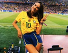 Alessandra Ambrosio sành điệu đi xem World Cup