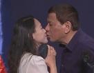 Tổng thống Philippines hứng chỉ trích vì hôn môi người phụ nữ trên sân khấu