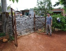 Tháo dỡ bức tường trước cửa nhà hộ dân chưa đóng tiền làm đường