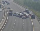 Gần 30 xe đám cưới dừng giữa đường cao tốc để chụp ảnh