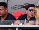 """Maradona thản nhiên khóa môi bạn gái ngay trước mặt """"Ronaldo béo"""""""