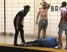 """""""Người hùng đường phố"""" giải cứu ông lão mù rơi xuống đường ray tàu điện"""