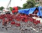 Hàng nghìn chai bia phủ kín mặt đường sau khi xe đầu kéo nổ lốp
