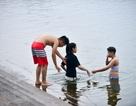 """Dân Hà thành vẫn vô tư tắm Hồ Tây """"giải nhiệt"""" mặc mùi cá chết tanh nồng"""