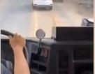 """Tài xế ô tô """"giả điếc"""" quyết không nhường đường cho xe cứu hỏa"""