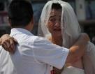 Cha mặc váy cưới nơi công cộng để xin tiền chữa bệnh cho con