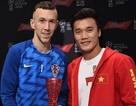 Bùi  Tiến Dũng cười tươi rói, trao giải cầu thủ xuất sắc trận Anh - Croatia