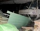 Xe tải húc tung dải phân cách, tông sập quán ăn bên đường