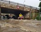 Đại lộ Thăng Long thành sông, xe chết máy nối nhau chờ nước rút