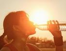 Bổ sung nước vào mùa hè sao cho đúng?
