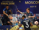 Cầu thủ Pháp đổ bia lên người HLV Deschamps trong phòng họp báo