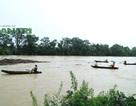 Nước dâng cao chảy xiết, dân bất chấp nguy hiểm ra vớt gỗ, đánh cá