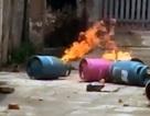 Hà Nội: Mang bình gas đến đốt trước cổng nhà bố vợ cũ