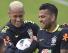 Dani Alves phản đối trào lưu chế ảnh Neymar ăn vạ