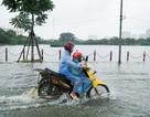 Hà Nội: Xe chết máy, nhà mặt phố phải chắn cửa vì nước ngập
