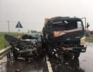 Xe con nát bét khi đối đầu xe ben, 4 người may mắn bị thương nhẹ