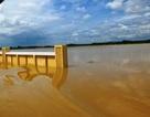 Nước dâng cao gần nóc nhà, hàng trăm gia đình nháo nhào chạy lũ