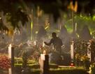 Xúc động khoảnh khắc thắp nén hương lên mộ các anh hùng liệt sĩ