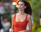 Emily Ratajkowski gợi cảm với váy đỏ rực