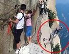 Đang chinh phục vách núi hiểm trở bậc nhất, du khách đột nhiên cởi dây an toàn rồi nhảy xuống