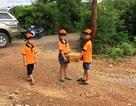 Xúc động hình ảnh 4 học sinh khiêng mì tôm để tặng các bạn có hoàn cảnh khó khăn