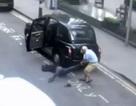 Clip tài xế taxi kéo khách hàng đang bất tỉnh xuống đường rồi đánh xe đi thẳng