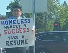 Vừa khoe sơ yếu lý lịch, một người vô gia cư được 200 công ty mời làm việc