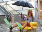 Hài hước nhà ga bị ngập lụt bỗng biến thành... bể bơi công cộng