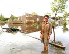 Dân khốn khổ vì sống trong cảnh nước ngập bao vây tại Sóc Trăng