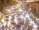 """Hà Nội: Mưa lớn, hàng nghìn phương tiện """"chôn chân"""" trên đường"""