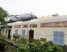 Lốc xoáy thổi bay mái nhà dân và trường học