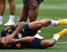 Neymar giở trò ăn vạ để… mua vui cho đồng đội
