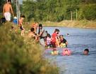 """Hà Nội: Mương nước thành """"bể bơi"""" giải nhiệt ngày nắng nóng"""