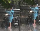 Chụp ảnh selfie giữa trời mưa, cô gái bị dân mạng chế giễu