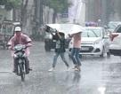 """""""Cơn mưa vàng"""" giải nhiệt cho người dân Thủ đô sau đợt nắng nóng kéo dài"""