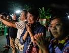 Người mẹ ngủ cả đêm ngoài hang Tham Luang chờ tin con được giải cứu