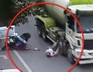 Thoát chết thần kỳ dưới bánh xe tải nhờ mũ bảo hiểm