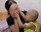 """Clip """"em bé ung thư lau nước mắt cho mẹ"""" khiến dân mạng cảm động"""