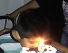 Clip cậu bé suýt cháy đầu vì vội ăn bánh sinh nhật hút hàng triệu lượt xem