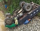 Xe tải lật ngửa dưới kè đá, 4 người thương vong
