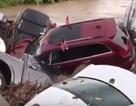 Choáng với cảnh mưa lũ cuốn ô tô như rác trôi sông