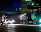 """Xe tải hạng nặng """"lộng hành"""" trong đêm ở Hà Nội"""