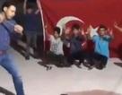 Thổ Nhĩ Kỳ: Đập nát iPhone để phản đối lệnh trừng phạt của Mỹ
