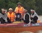 Công an giúp dân đưa thi hài người chết vượt lũ lên bờ mai táng