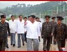 Ông Kim Jong-un đội mưa đi thị sát
