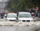 """Tài xế đã bớt """"dại"""", ngày càng ít xe bị thủy kích trong đợt mưa ngập tại Hà Nội"""