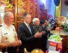 Tư lệnh Lục quân và Đại sứ Mỹ dâng hương tại đền thờ Hai Bà Trưng