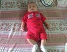 Bé trai 3 tháng tuổi khóc ngằn ngặt bên lề đường